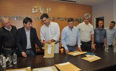 Capitanich y Peppo realizaron la apertura de sobres de la licitación para el pavimento urbano de villas Itatí, Centenario y Adelante