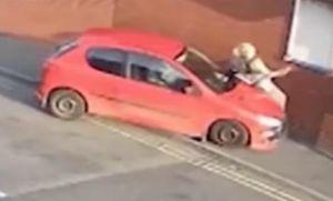 Atropelló con su auto a una mujer y la aplastó contra la pared en discusión de tránsito