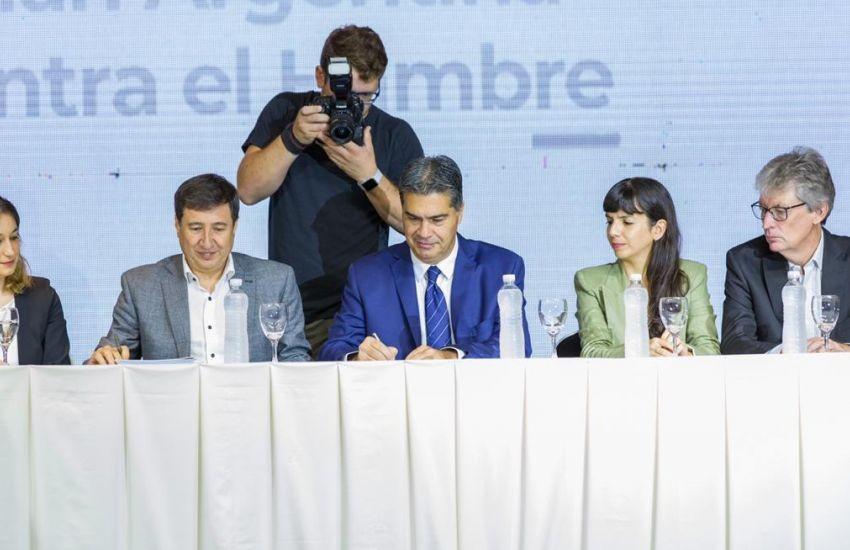 Jorge Capitanich firmó con Daniel Arroyo el convenio para la implementación de la Tarjeta Alimentaria en la Provincia