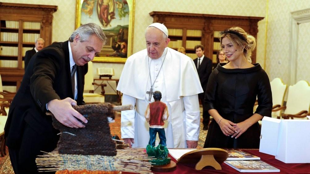 El momento en que Francisco y Fernández intercambiaron regalos