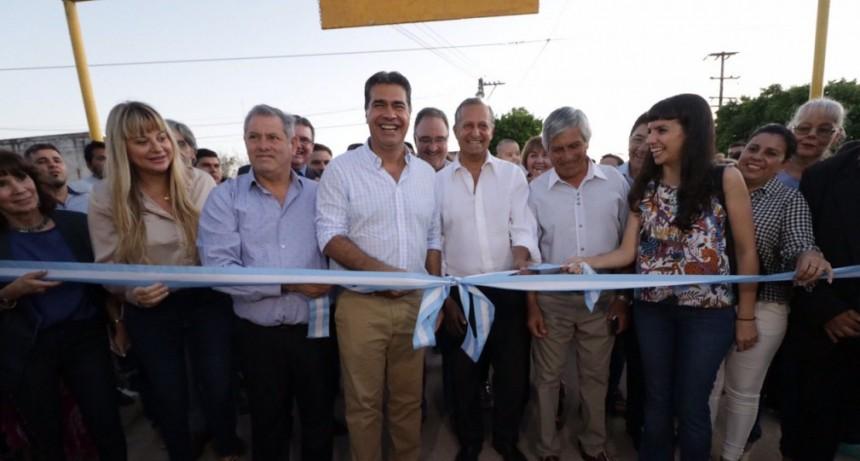 El Gobernador inauguró cuadras de pavimento en Villa Ángela