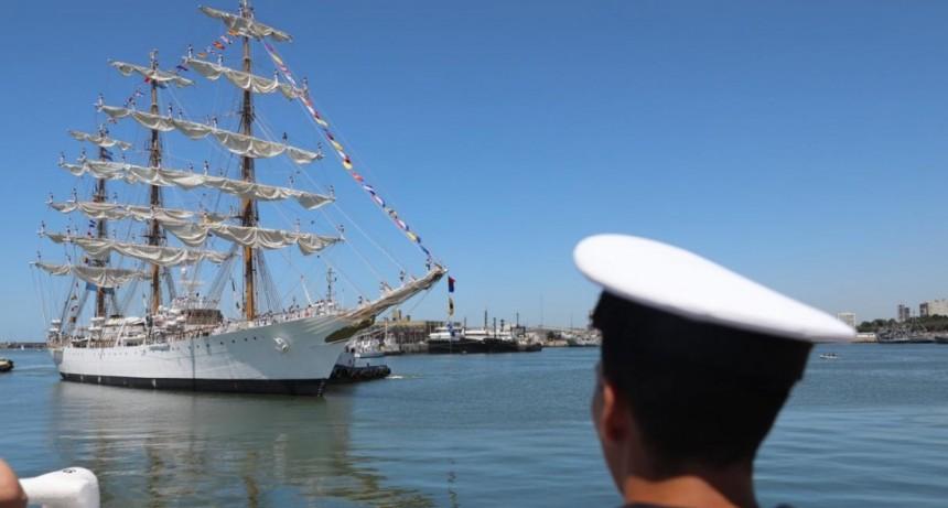 """Cafiero y Rossi recibieron a la Fragata ARA """"Libertad"""" en Mar del Plata"""