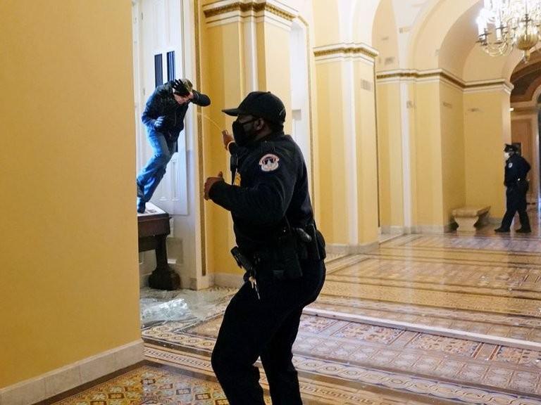 Murió la mujer que fue baleada dentro del Congreso de Estados Unidos durante los disturbios