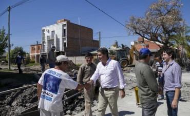 Capitanich recorrió villa Mitre, barrio donde se construye pavimento compartido con vecinos