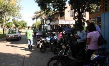 La municipalidad informa que conducir una moto sin casco es motivo de retención y traslado al corralón