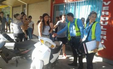 Motociclista embistió a inspector de tránsito y  hubo un detenido por resistirse al control vehicular