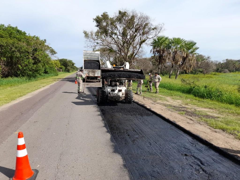 Vialidad provincial realiza trabajos de bacheo en el camino a Isla del Cerrito