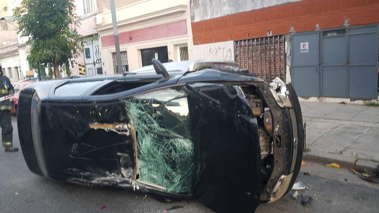 """Accidente múltiple y ataque """"caníbal"""" en Floresta: una mujer chocó, volcó y mordió a dos policías"""