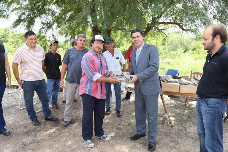 El intendente entregó herramientas y ropa de trabajo a productores ladrilleros