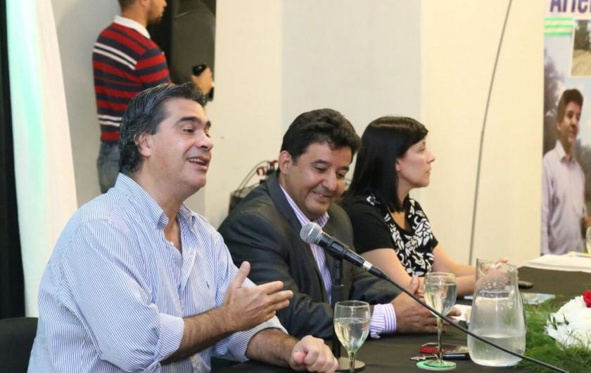 """Capitanich presentó el libro """"El Impenetrable que yo conocí"""" de Ariel Peña"""