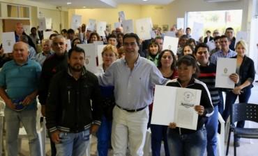 Regularización dominial: Capitanich entregó 50 títulos de propiedad a vecinos de diferentes barrios