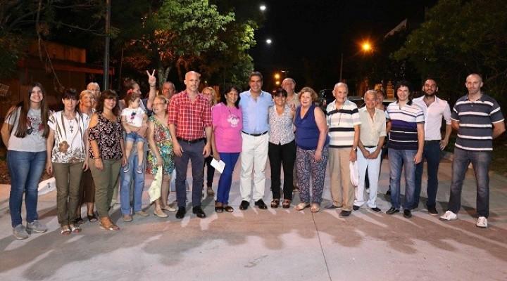 Junto a vecinos, Capitanich inauguró pavimento  en la calle Dónovan