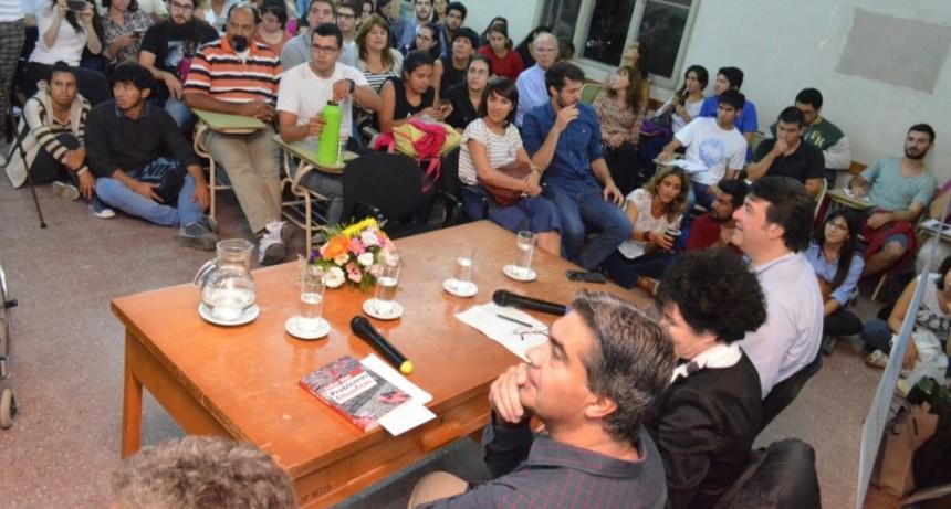 """Todas las Voces: Capitanich presentó el libro  """"Problemas filosóficos"""" de Esther Díaz"""