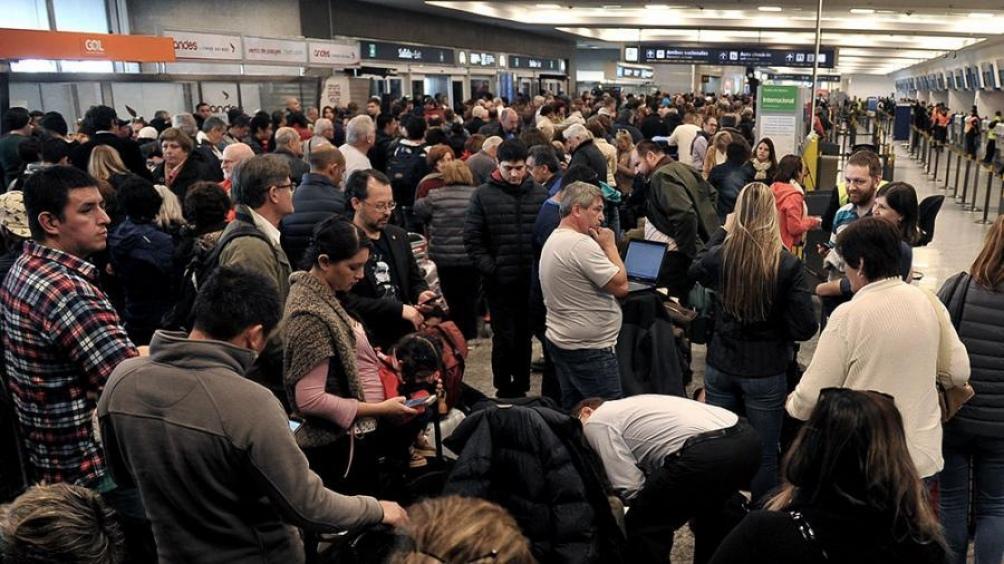 Aeronavegantes irán el lunes a un paro de 24 horas, en Aerolíneas, por