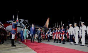 Papelón: los reyes de España tuvieron que esperar casi una hora para bajar del avión