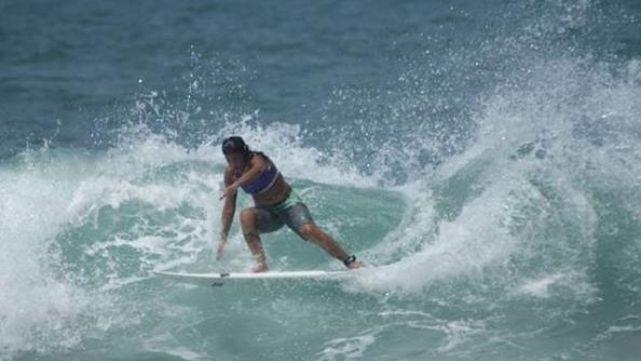 Rayo fulminó a campeona de surf en pleno entrenamiento
