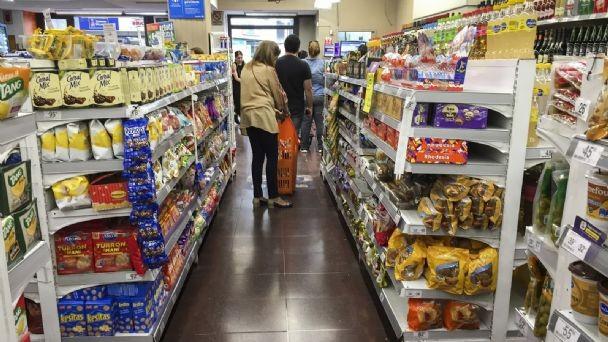 El Gobierno establece precios máximos en los supermercados para productos de primera necesidad