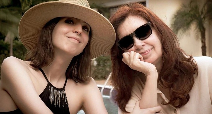Cristina Kirchner regresa a Buenos Aires junto a su hija Florencia