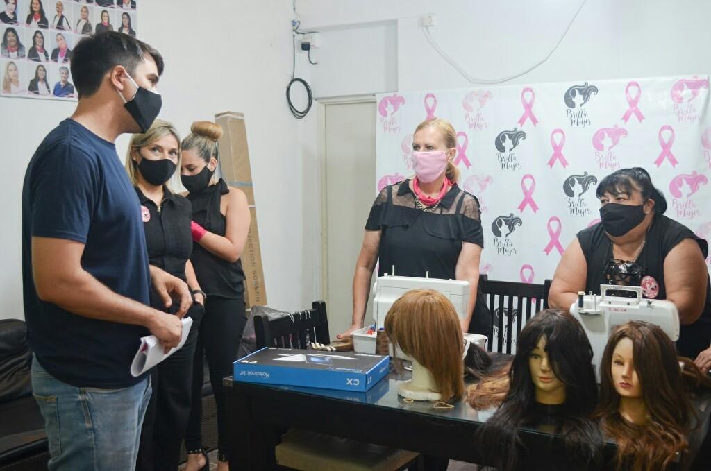 Chaco Solidario entregó elementos de informática a la fundación Brilla Mujer