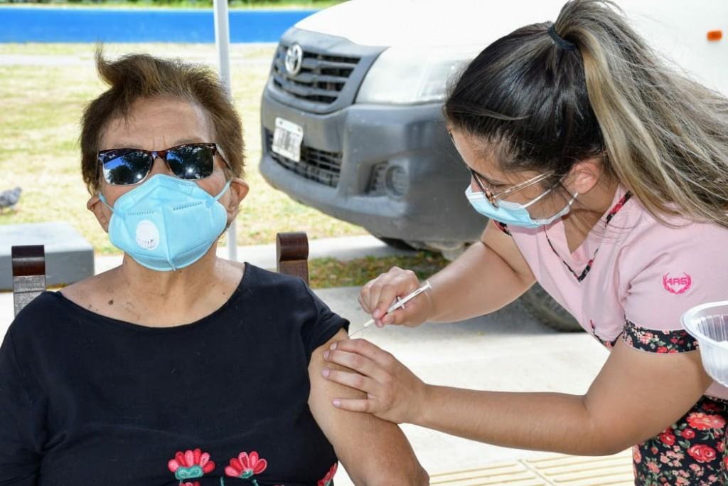 Este lunes: vacunación para mayores de 80 años en el Parque de la Democracia