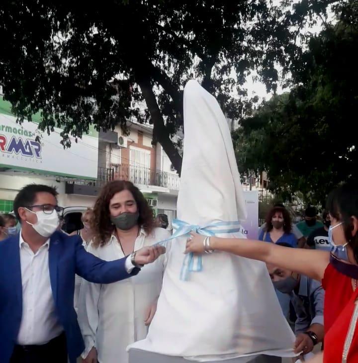 Éste lunes el Intendente Sr.Gustavo Martinez junto a la Dra.Laura Balbis Inaguraron la escultura