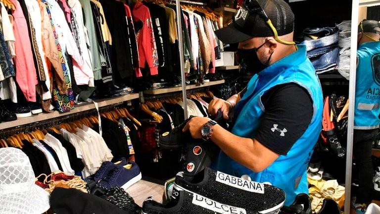 Desbarataron un local de Puerto Madero que vendía ropa trucha de marcas de lujo a futbolistas famosos