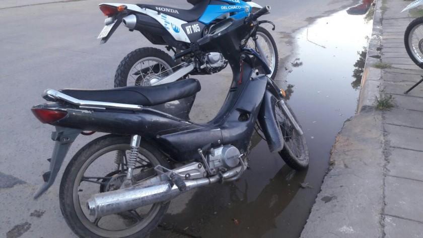 MOTORISTAS DE CAMINERA ATRAPAN A SUJETO CON MOTO ROBADA