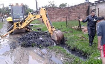 El municipio realiza operativos de limpieza y desobstrucción de desagües y además asistió a familias