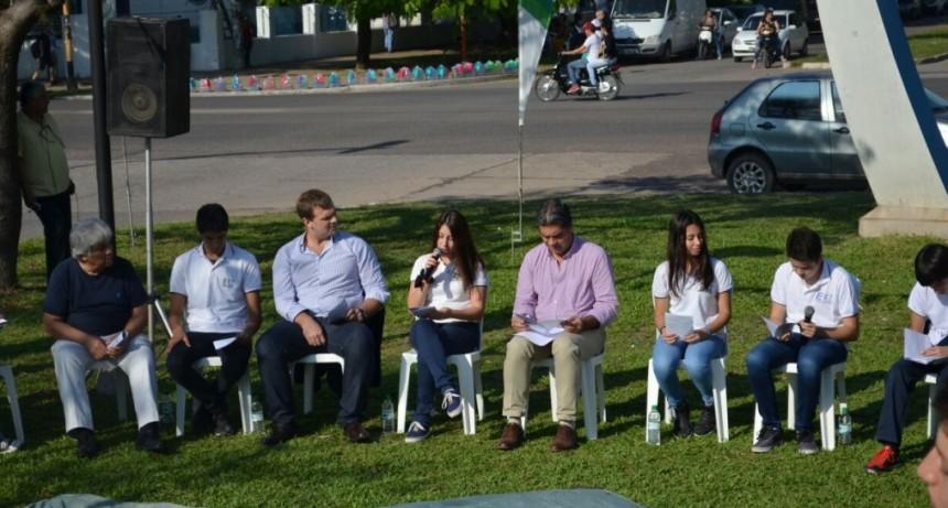 Capitanich y alumnos de la EET Nº 24  realizaron una ronda de lectura para lanzar el programa Lecturas Colectivas y el concurso Resistencia Poética