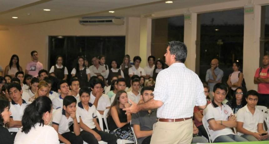 Junto a estudiantes del secundario, Capitanich coordinó la constitución del Concejo Deliberante de la Juventud