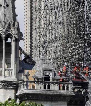 Bomberos temen por las paredes de Notre Dame