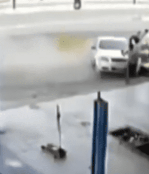 Derrapó con su auto, embistió a dos personas y mató a una: video escalofriante