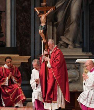 Francisco, encabezó el Vía Crucis en el Coliseo romano
