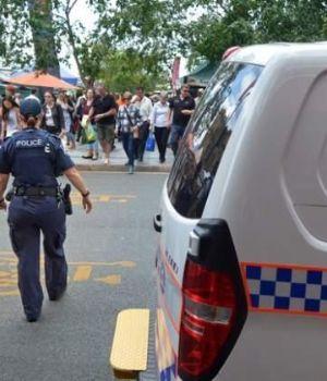Impactante video: desquiciado apuñaló a policía por la espalda