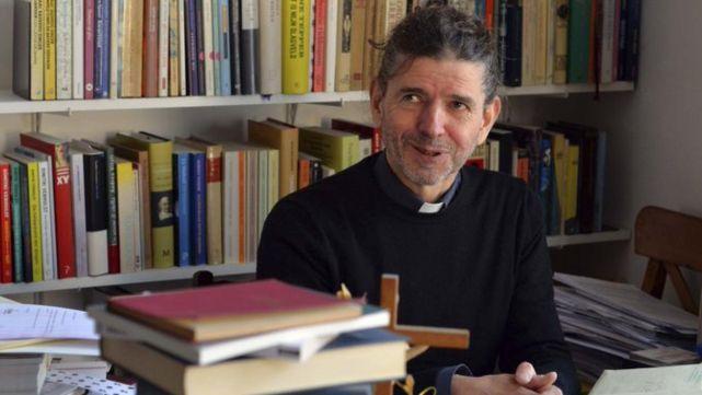 Un sacerdote reveló en plena misa que es homosexual