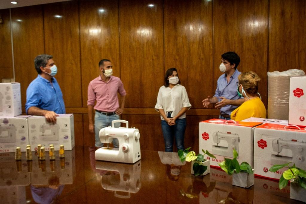 Emprendedores recibieron insumos para confeccionar barbijos que serán donados a comedores, centros comunitarios y fuerzas de seguridad