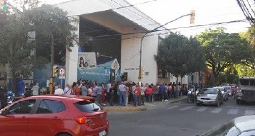 Largas filas de personas en los bancos provinciales y nacionales a pesar de la cuarentena