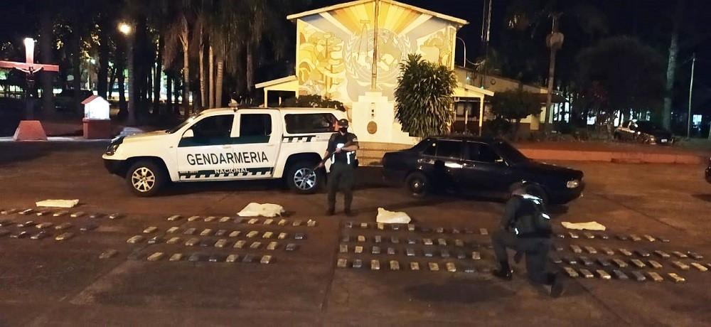 Hallaron un auto abandonado con 118 kilos de marihuana en Dos de Mayo