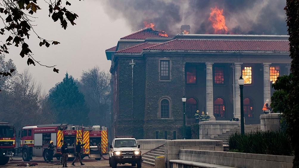 Se incendia la Montaña de la Mesa, en Ciudad del Cabo