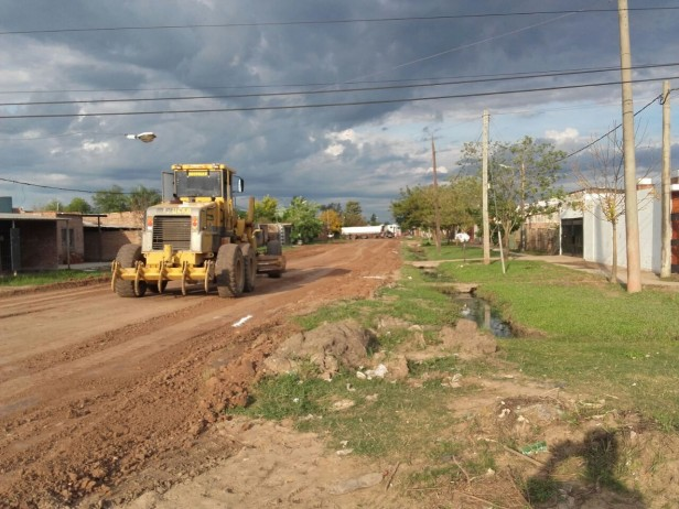 Trabajos de cuneteo y colación de ripio en la avenida Las Heras durante el fin de semana