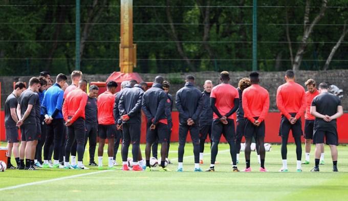 Minuto de silencio del Manchester United y un milagro para Guardiola