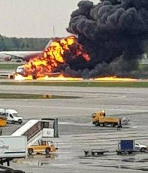 Avión se incendió y murieron más de 40 pasajeros