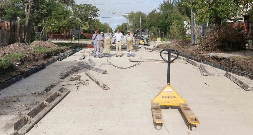 El intendente recorrió obras de pavimento en Villa del Parque