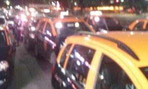 Brutal enfrentamiento entre taxistas y Uber venezolanos en pleno centro porteño