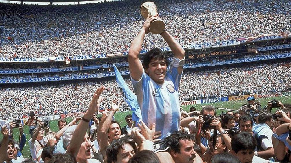 Maradona retorna a Buenos Aires por una operación, mientras negocia su continuidad en Dorados