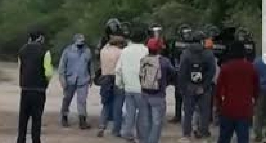 El Sauzalito | La Guardia Whasek continúa el corte de ruta: Sumaron más personas y amenazaron con «secuestrar policías»
