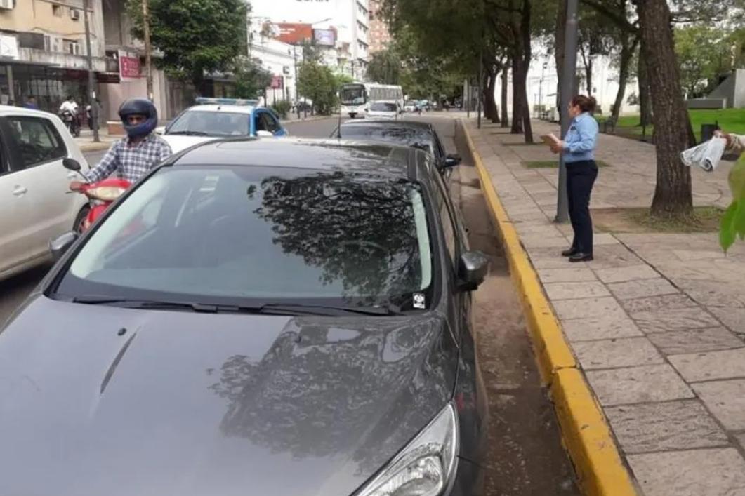 Está prohibido estacionar en la plaza 25 de Mayo: los días exceptuados