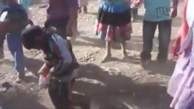 Peruanos obligana niño a emborracharse hasta caer al piso