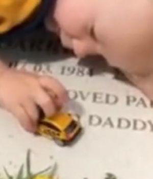 El video que le parte el alma al mundo: bebé juega sobre la lápida de su papá y le habla