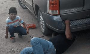 Mecánico le pide a su hijito que le pase el gato y mirá lo que sucede